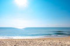 Una escena pacífica de la playa en Tailandia, paisajes tropicales exóticos de la playa y el mar azul bajo fondo azul Vacaciones foto de archivo
