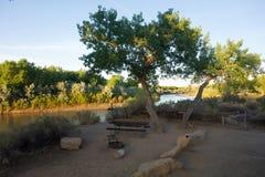 Una escena tranquila como el sol sube sobre un río en el desierto imagenes de archivo