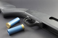 Una escopeta de 12 indicadores con las cáscaras de escopeta azules Foto de archivo libre de regalías