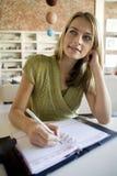 Una escritura de la mujer en su agenda Imagenes de archivo