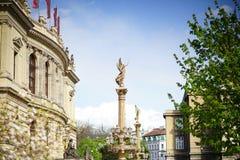 Una escultura de la diosa delante del teatro de variedades Imagenes de archivo