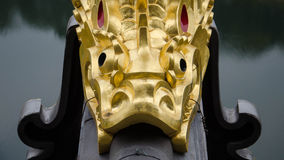 Una escultura de oro de los pescados foto de archivo
