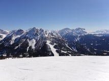 Una esquí-pista está en montañas Fotos de archivo libres de regalías