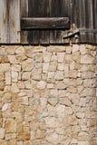 Una esquina dispuesta bajo la forma de bloques de la piedra y parte de madera imágenes de archivo libres de regalías