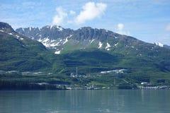 Una estación de petróleo grande con las montañas en el fondo Fotos de archivo