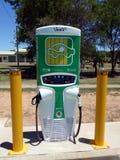 Una estación de recarga para dos vehículos eléctricos situados en una ciudad rural rural Foto de archivo libre de regalías