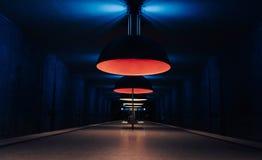 Una estación del metro en Munich con las luces que sorprenden imagen de archivo