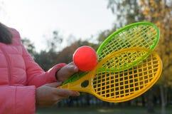 Una estafa de tenis en su mano coge la bola en el movimiento Imágenes de archivo libres de regalías