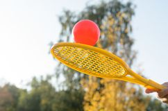 Una estafa de tenis en su mano coge la bola en el movimiento Fotos de archivo