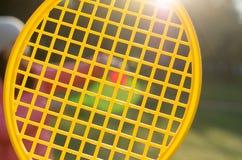 Una estafa de tenis en su mano coge la bola en el movimiento Imagen de archivo libre de regalías