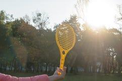 Una estafa de tenis en su mano coge la bola en el movimiento Foto de archivo libre de regalías