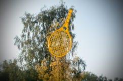 Una estafa de tenis en su mano coge la bola en el movimiento Foto de archivo