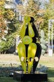 Una estatua abstracta que se coloca en el parque de Atenas antes del Athenaeum rumano en el capital de Rumania - Bucarest Fotos de archivo