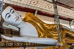 Una estatua colosal de Buda de descanso en la pagoda de Shwe Thar Lyaung, Bago, Myanmar foto de archivo libre de regalías