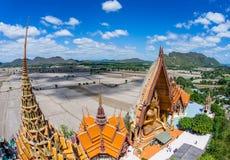 Una estatua de Buda del gigante considera hacia fuera sobre Tailandia céntrica la puesta del sol Fotografía de archivo libre de regalías
