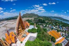 Una estatua de Buda del gigante considera hacia fuera sobre Tailandia céntrica la puesta del sol Imagen de archivo