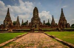 Una estatua de Buda del gigante considera hacia fuera sobre Tailandia céntrica la puesta del sol Fotos de archivo libres de regalías