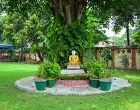 Una estatua de Buda en el jardín en Bodhgaya, la India Fotografía de archivo