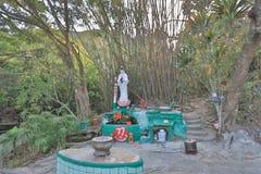 una estatua de Buda en el jardín tropical Fotos de archivo libres de regalías
