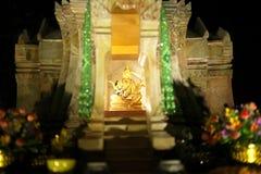 Una estatua de dios en San Phra Phum o una casa del alcohol en la noche en Bangkok, Tailandia imágenes de archivo libres de regalías