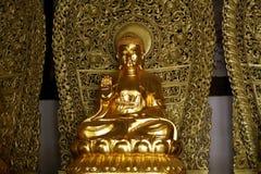 Una estatua de oro de Buda en el pueblo de Shaxi, Yunnan, China foto de archivo