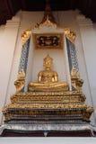 Una estatua de oro de Buda fue instalada en un lugar ahuecado fuera de una de las paredes de Wat Na Phra Men en Ayutthaya (Tailan Fotografía de archivo
