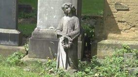 Una estatua de un ángel metrajes