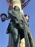 Una estatua de un hombre con un hacha en el centro de la ciudad de Irpin - Kyiv Oblast en Ucrania foto de archivo