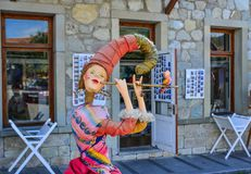 Una estatua divertida de la historieta en el restaurante local fotografía de archivo