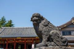 Una estatua en la capilla de Sensoji adyacente al templo de Asakusa Fotos de archivo