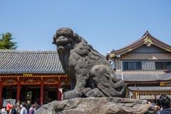 Una estatua en la capilla de Sensoji adyacente al templo de Asakusa adentro Imagen de archivo libre de regalías