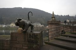 Una estatua en la entrada del puente de Charles, Praga, República Checa imagenes de archivo