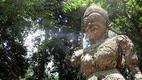 Una estatua en un parque en Tailandia almacen de metraje de vídeo