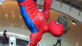 Una estatuilla colgante de Spider-Man exhibida en una compra-alameda de Bangkok