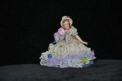 Una estatuilla de una muchacha de la porcelana esmaltada fotografía de archivo libre de regalías