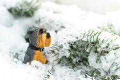Una estatuilla de perros en una rama de árbol Símbolo del año 2018 Imagen de archivo libre de regalías