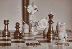 Una estatuilla en una tabla del ajedrez imagen de archivo libre de regalías