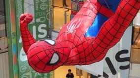 Una estatuilla enorme de Spider-Man exhibida en una compra-alameda de Bangkok