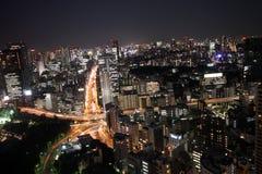 Una estrella de coches dentro del horizonte de Tokio en la noche Fotos de archivo