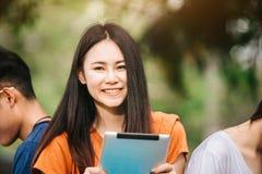 Una estudiante asiática joven o adolescente en universidad Fotografía de archivo libre de regalías