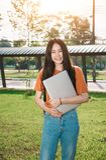 Una estudiante asiática joven o adolescente en universidad Imagen de archivo