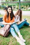 Una estudiante asiática joven o adolescente en universidad Fotografía de archivo