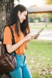 Una estudiante asiática joven o adolescente en universidad Foto de archivo