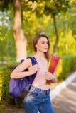 Una estudiante con una mochila en parque Foto de archivo