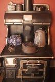 Una estufa y una tapa antiguas de la estufa. Foto de archivo