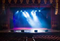 Una etapa vacía del teatro, encendida por los proyectores y el humo imagen de archivo libre de regalías