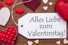 Una etiqueta, corazones rojos, Valentinstag significa el día de tarjetas del día de San Valentín, macro Foto de archivo