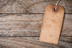 Una etiqueta correcta del papel del vintage en la madera Fotografía de archivo libre de regalías