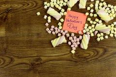 Una etiqueta engomada con el texto: Día feliz del ` s de la tarjeta del día de San Valentín adornado con los dulces de la melcoch Fotografía de archivo libre de regalías