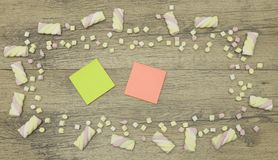Una etiqueta engomada para su texto Copie el espacio adornado con los dulces de la melcocha Concepto del amor en fondo de madera Imagen de archivo libre de regalías